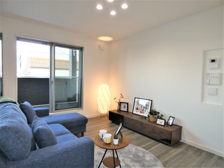 同仕様写真(内観) 大きな間口は室内にたっぷりの採光を。自然と家族も明るくなる空間は建具、内装のカラーに配慮し高級感&家庭的の二面を併せ持つ配色です。