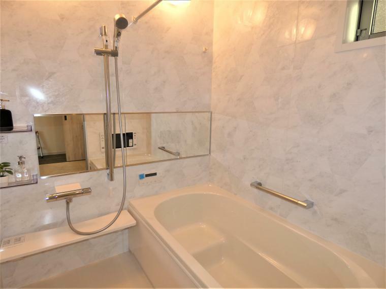 同仕様写真(内観) お子様との入浴も可能な広々で快適なバスルーム。自宅でミストサウナをお楽しみ頂きながら半身浴も○浴室テレビ付きでくつろぎの空間をご提供致します。雨の日のお洗濯にも心強い便利な衣類乾燥『カワック』完備。
