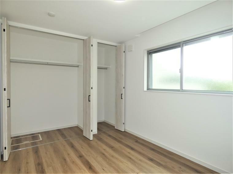同仕様写真(内観) 全ての室内に大きな収納を設けておりますので広々とお部屋を利用頂け、いつでも片付いた居室空間をキープ出来ます。間口広々住宅につきバルコニーに面した採光たっぷりの間取りになっております。