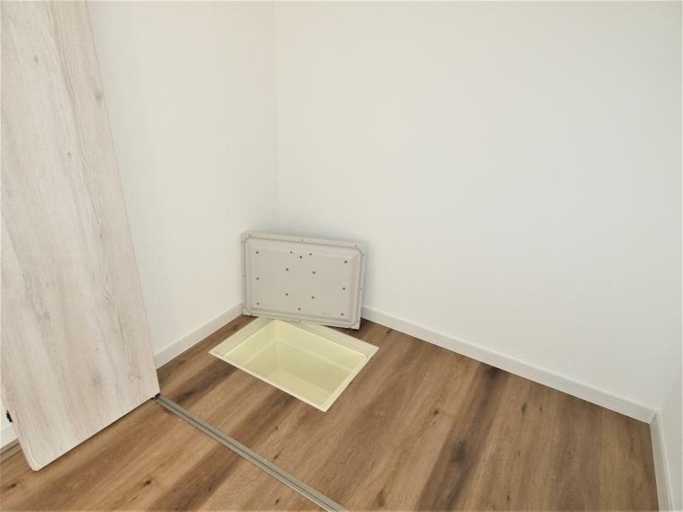 同仕様写真(内観) 1階洋室には点検口としても兼ねている床下収納を配置。