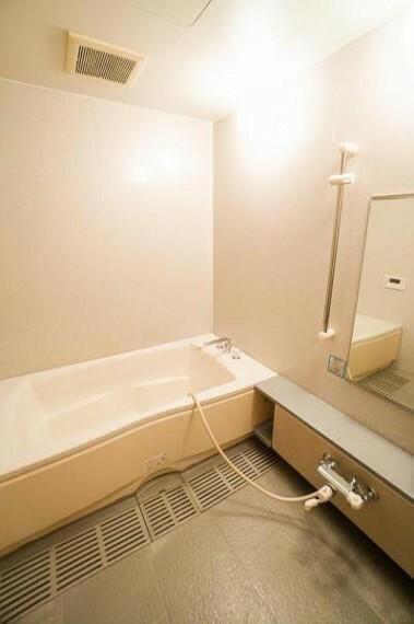 浴室 足を延ばしゆっくり入浴できる大きな浴槽は一日の疲れを癒してくれる空間です。お子様とのコミュニケーション空間である浴室はお掃除もしやすさも重要です!是非現地をご確認ください!