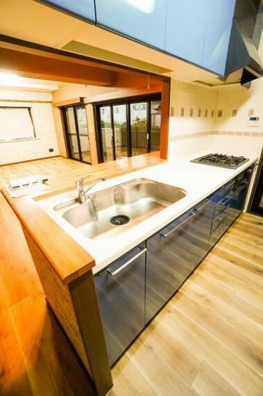 キッチン 使い勝手の良いシステムキッチンは収納も豊富!作業スペースも広めにとられていて家族でワイワイしながらお料理を作ることが出来ます!