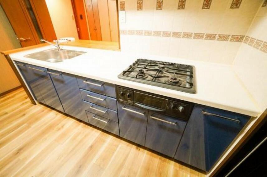 ダイニングキッチン 人気の対面キッチンはリビング全体を見渡せる配置となっています!散らかりがちなキッチンも大容量の収納でスッキリ片付きます!