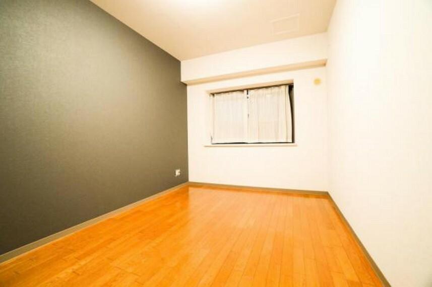 寝室 壁紙と木目が美しいフローリング洋室はどのようなインテリアでもマッチします!収納もしっかり完備されており広々とスペースを利用することが可能な間取りです!