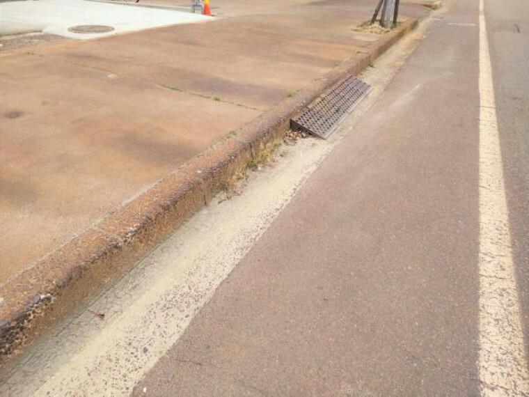 現況写真 歩道切り下げ工事を行います。お車の駐車もスムーズにできるようになります。