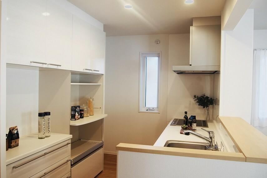 キッチン NO.28_キッチン(撮影_2021年2月)収納充実の対面型キッチン。IHヒーターはお掃除も楽々で時短になります!