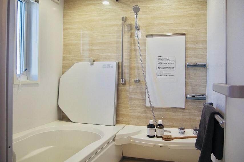 浴室 NO.28_浴室(撮影_2021年2月)アクセントカラーの壁が映えるゆったり1坪サイズバス。浴室乾燥機も装備で梅雨時も安心です!