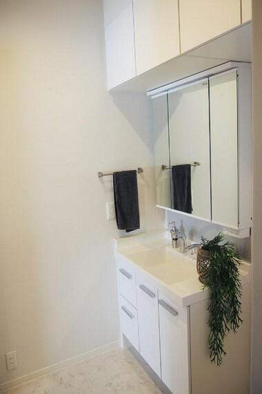 洗面化粧台 NO.28_1階洗面台(撮影_2021年2月)高級感溢れ、収納たっぷりの洗面台。ドレッサーとしてもご利用可能です。