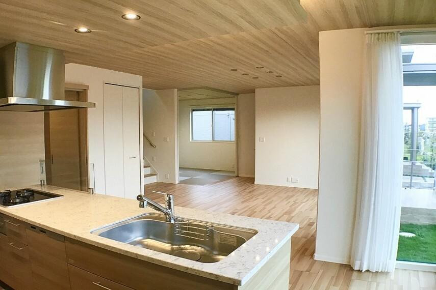 ダイニングキッチン No.59-18_LDK(撮影_2020年11月)キッチン横にはL型の大きな窓があり、明るさと開放感があります。