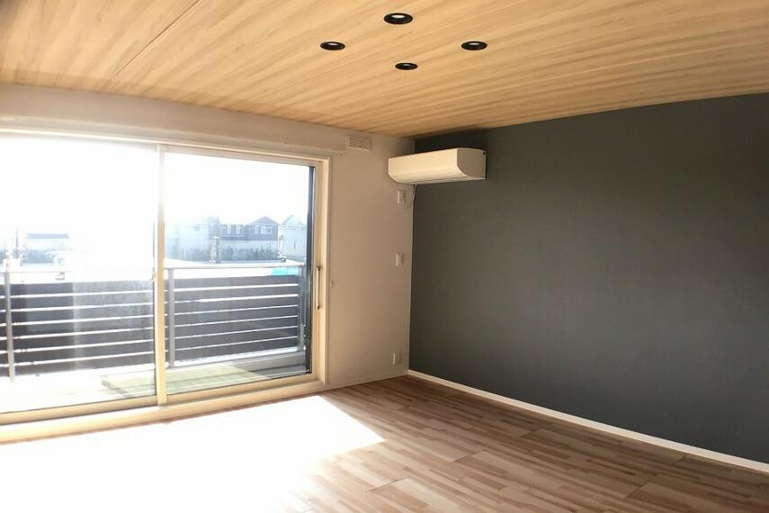 寝室 No.59-18_主寝室(撮影_2021年2月)8.6畳の主寝室はバルコニーに面した明るい空間。朝のお目覚も快適です。アクセントクロスがポイント。空調も付いています。