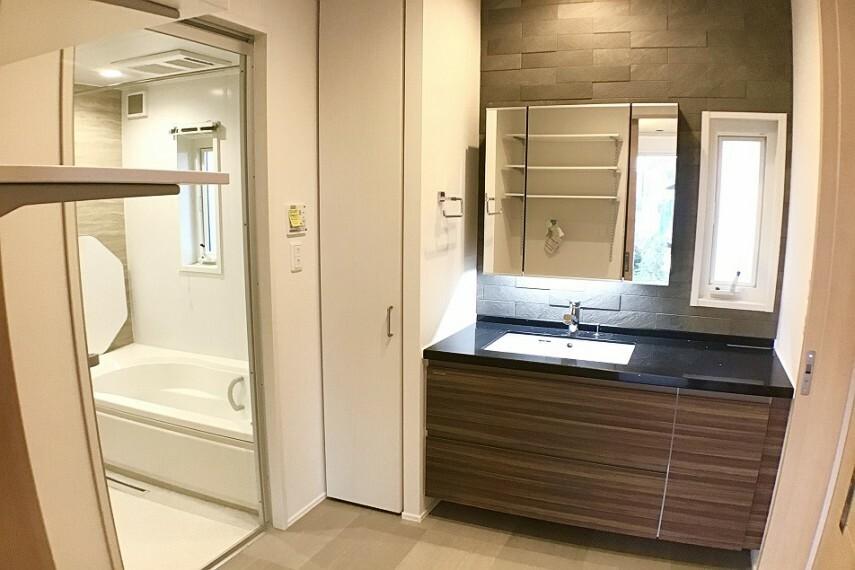 洗面化粧台 No.59-18_洗面所(撮影_2021年2月)大型カウンター付き人造大理石天板の洗面台は高級感があふれます。左側にはリネン庫も付きます。
