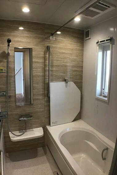 浴室 No.59-18_浴室(撮影_2021年2月)1日の疲れを癒すゆとりある浴室はバリアフリータイプ。たくさんの手すりがつきます。浴室乾燥暖房機も装備。