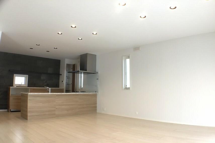居間・リビング No.59-19_LDK(撮影_2021年2月)20.7畳の南に面する明るいLDKです。キッチンからリビング・ダイニングを見渡せ、陽当りも良いです。