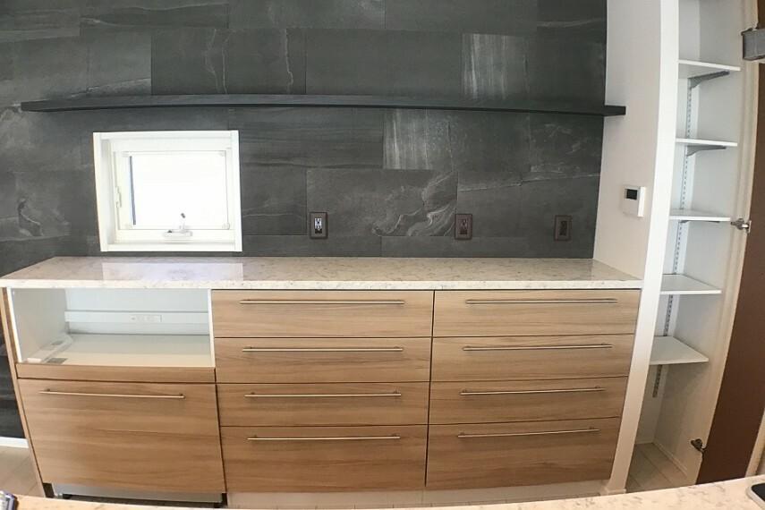 キッチン No.59-19_キッチンカップボード(撮影_2021年2月)キッチン背面カップボードはダストボックスワゴン付き。右側にはパントリーもあります。