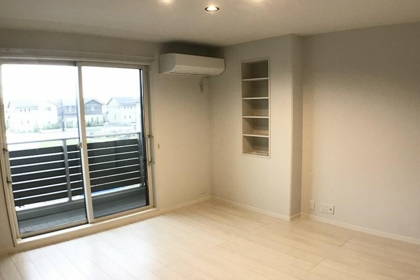 寝室 No.59-19_主寝室(撮影_2021年2月)7.8畳の主寝室には、本や写真立ても置ける壁内収納付き。使い勝手の良いくつろぎ空間です。エアコンも装備しています。