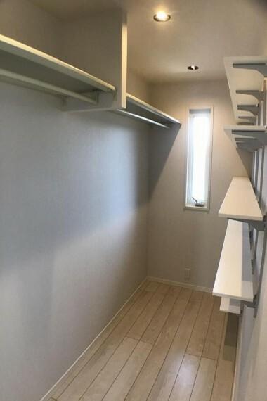 収納 No.59-19_主寝室ウォークインクローゼット(撮影_2021年2月)3.2畳の広々ウォークインです。ハンガーの他に棚もたくさんあるので、整理に便利です。