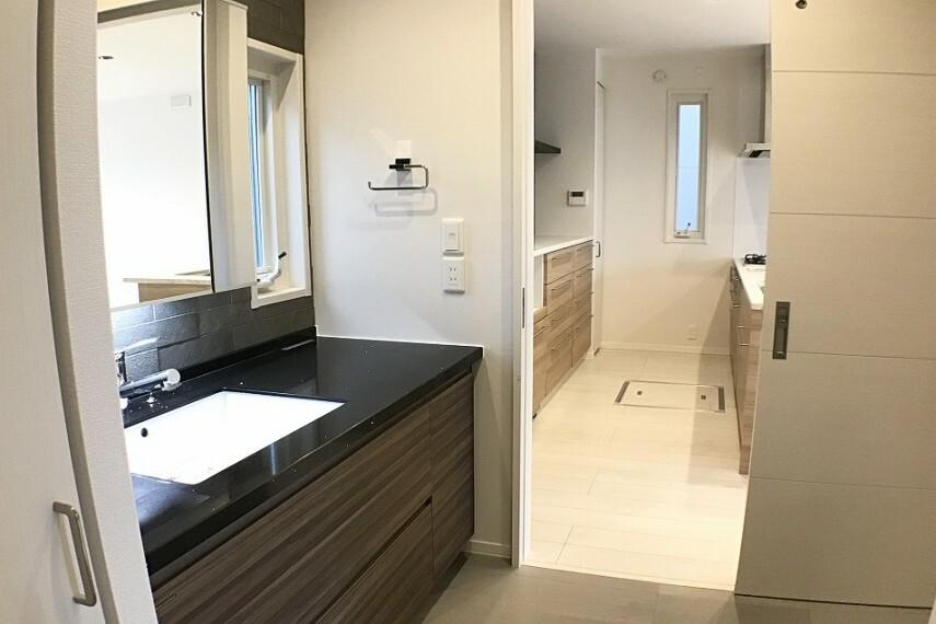 洗面化粧台 No.59-19_洗面所(撮影_2021年2月)水まわりがキッチンと直線上につながってます。忙しい共働き夫婦のご負担も減らしてくれます。
