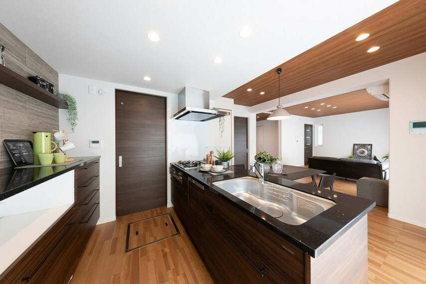 キッチン No.53_キッチン(撮影_2021年4月)フルフラットキッチンは開放感があり、お料理をしながらでも家族と会話をしたり、リビングを見渡せて安心です。
