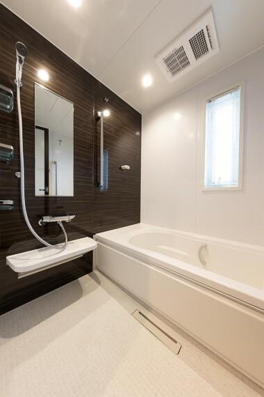 浴室 No.53_浴室(撮影_2021年4月)足がのばせる1坪サイズの浴室。1面だけアクセントの壁を入れることでおしゃれな空間。
