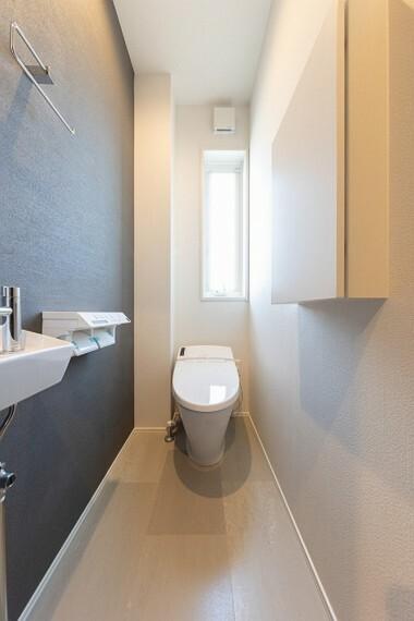 トイレ No.53_1階トイレ(撮影_2021年4月)スタイリッシュなタンクレストイレ。ウォシュレットはお手入れの楽なリモコンタイプを採用。アクセントクロスでトイレまでおしゃれに。