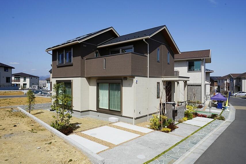 現況外観写真 No.48_外観(撮影_2021年3月)お庭つきの邸宅を都内で実現。宅配ボックス完備でお出掛けの日でも受け取り可能。