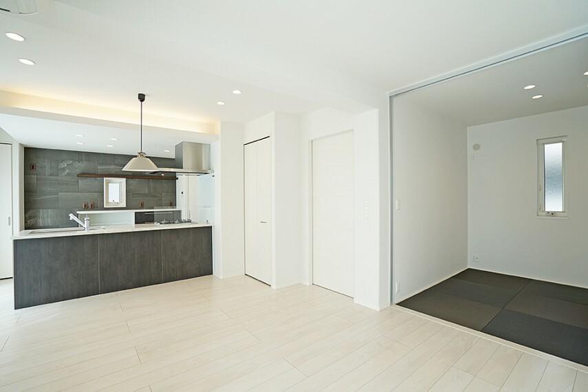 ダイニング No.48_LDK2(撮影_2021年3月)和室とつながるLDKは扉を開ければ約24畳の大空間に。