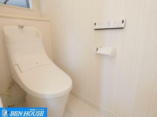 トイレ トイレ ・シャワー洗浄機能付のトイレは、清潔感が印象的な空間ですね。リモコンは壁掛けタイプです。