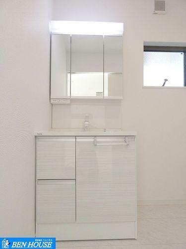 洗面化粧台 洗面台 ・大きめボウルにシャワー付洗面台は朝のお支度に重宝です。