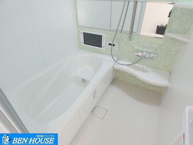 トイレ 浴室 ・浴室換気乾燥暖房機付き。1坪の広さがありますので、足を伸ばして一日の疲れを癒してくれますね。