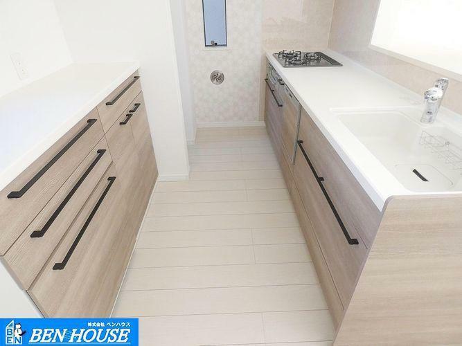 キッチン キッチン収納 ・シンク下の収納は、使いやすい引き出しタイプでお鍋などのキッチン用品もスッキリ収納できますね。