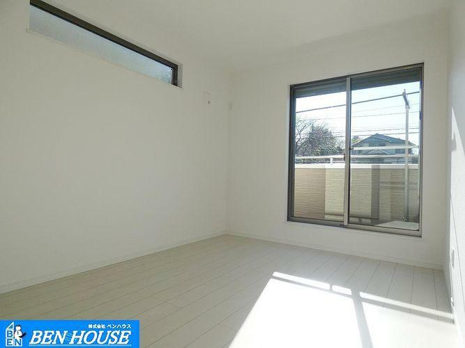 洋室 室内 ・大きな窓から心地良い風が入り込み、穏やかな空間を作ります。