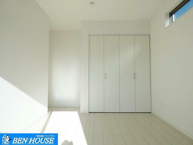 洋室 室内 ・大きな収納が付いた洋室です。無駄な収納家具を置く必要ナシ!