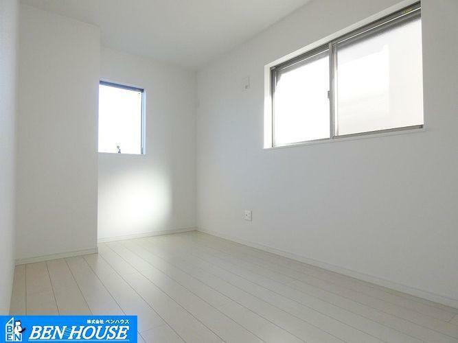 洋室 室内 ・白を基調とした明るいお部屋。へこみ傷や、すり傷に強いフローリング床材を使用しています。