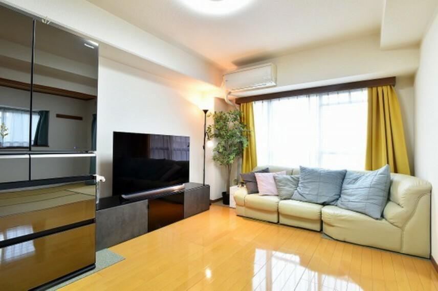 居間・リビング 2部屋にまたがる間口広めのバルコニーがあります。