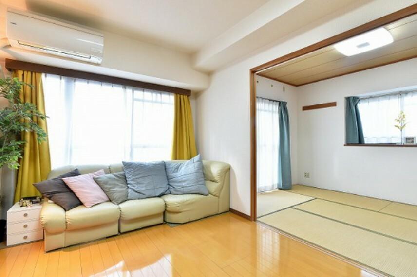 居間・リビング リビング隣は和室になっており、客間としてもお使いいただけます。