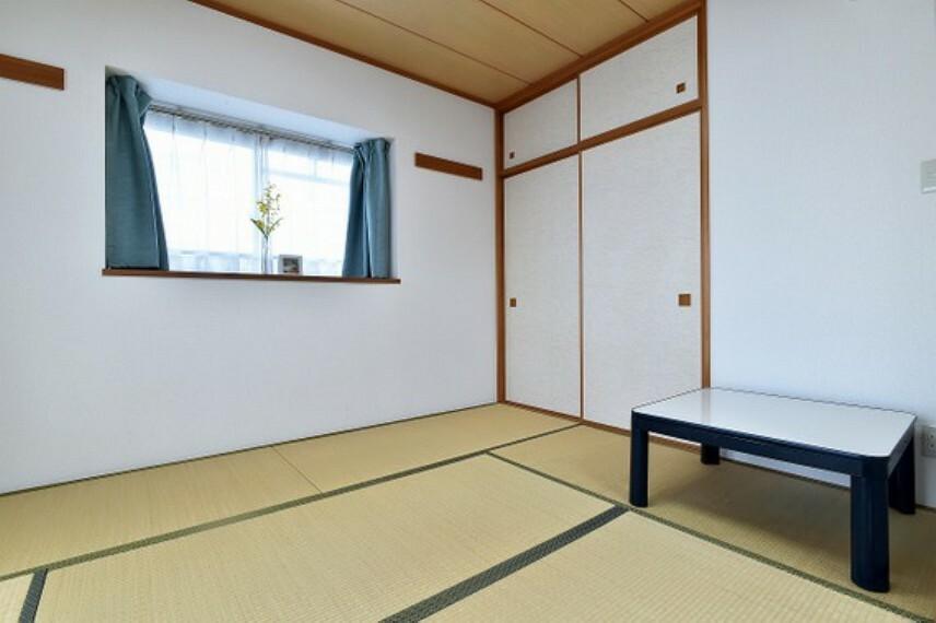 畳の感触を味わいながらお寛ぎいただける和室があります。