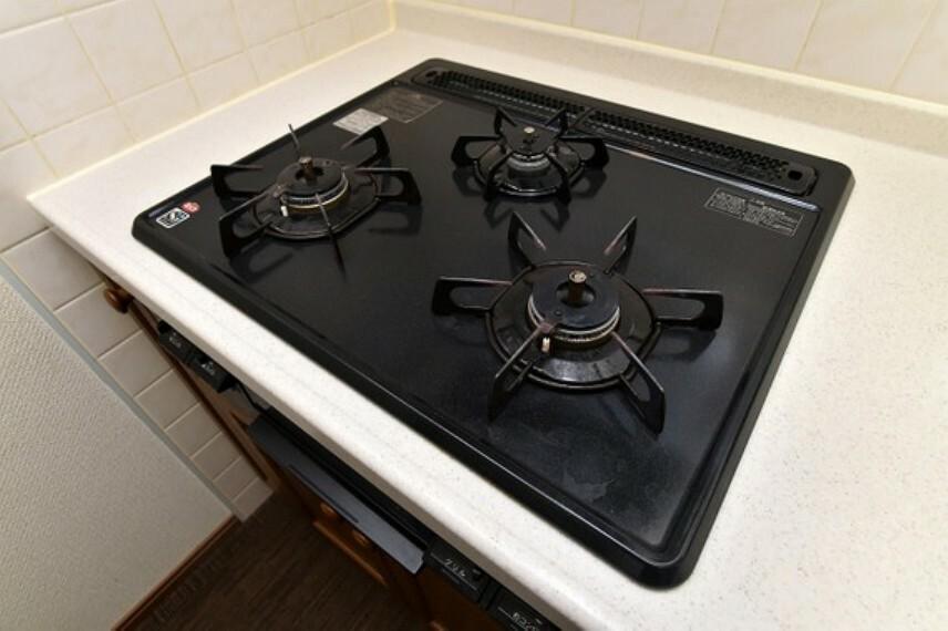 キッチン 三口コンロで、お料理の効率もアップ!受け皿のないフラット天板で、お手入れもラクラク。