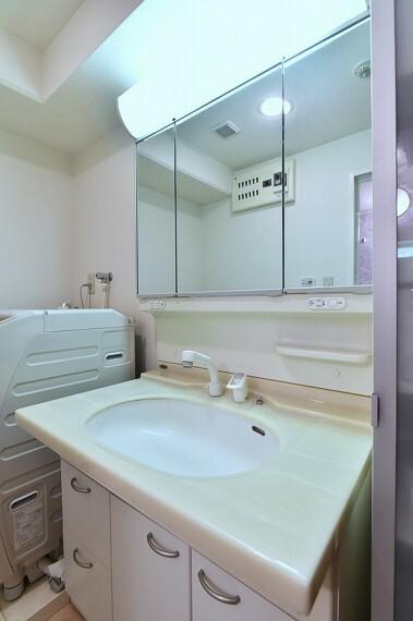 洗面化粧台 洗面台横はドラム式の洗濯機が置けるスペースがあります。