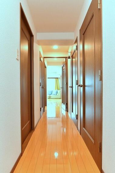 玄関からリビングダイニングへ続く廊下です。
