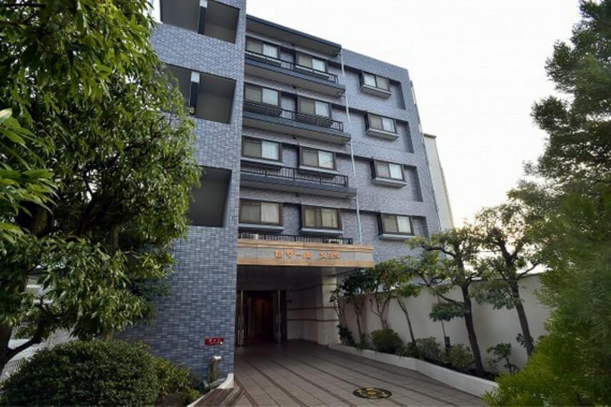 外観写真 マンションは1998年10月築。7階建てマンションの5階にお住まいがございます。