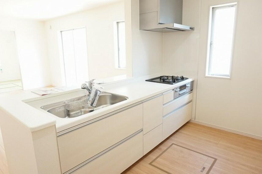 同仕様写真(内観) ファーストプラス社のキッチンは浄水器内蔵型。大容量の収納スペースとオプションで食洗機も取り付けが可能となります。IHクッキングヒーターに取り換え希望の方もご相談ください。