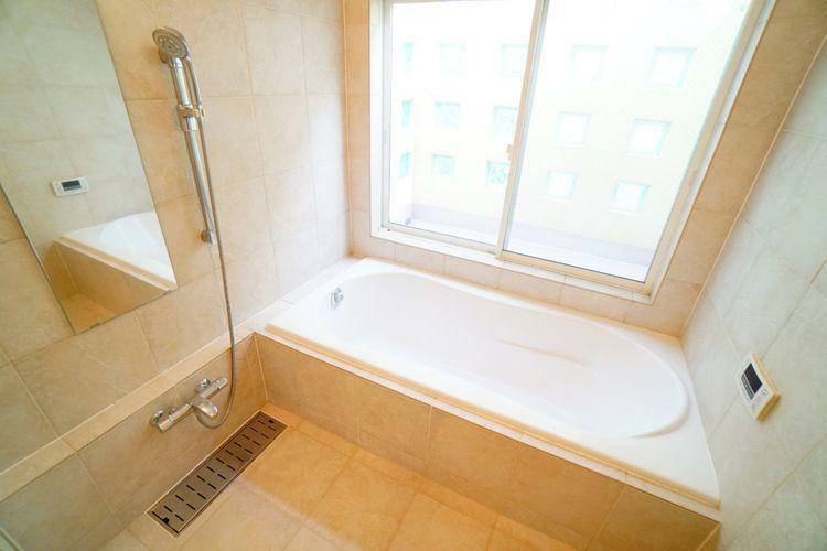 浴室 一日の疲れをゆっくり癒してくれる、広くてゆったりした浴室です。