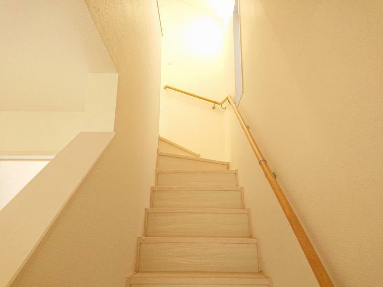 ご両親が来られてもお孫さんの部屋は見たいもの、手すり付きの階段が重宝します