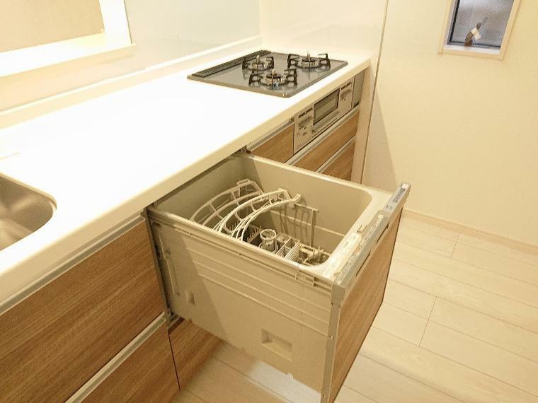 キッチン キッチンはビルトイン食器洗浄乾燥機付きのシステムキッチンを設置、家事負担を軽減する嬉しい設備です