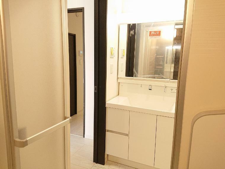 洗面化粧台 シャワーヘッド付三面鏡洗面台は身だしなみを整えやすい事はもちろんですが、お掃除も楽です