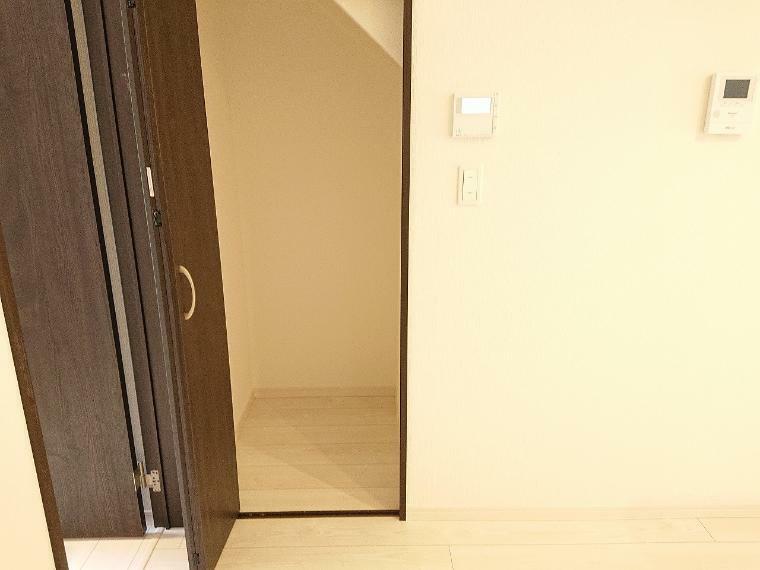 収納 食材や調味料などの収納にも便利な階段下の収納がキッチンの横あります
