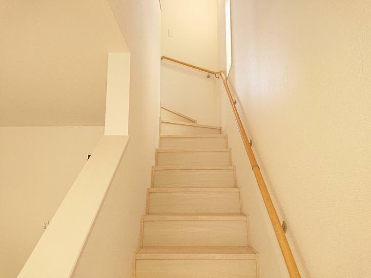 お子様の成長と共に年は重ねていきます、ずっと住むお家だから手すり付きの階段が重宝します