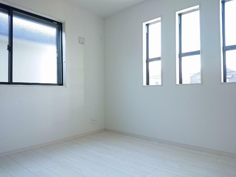 洋室 窓が沢山あるので光を沢山取り入れてくれますね