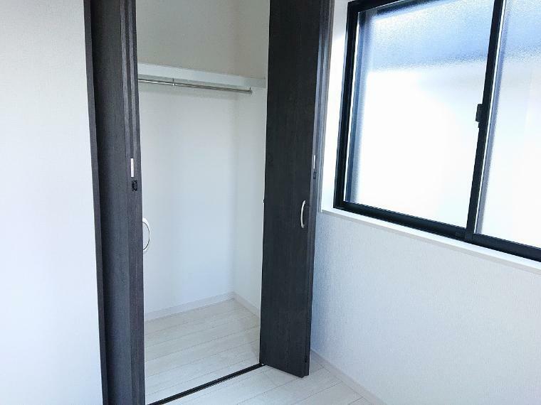 収納 居室にはクローゼットを完備し、自由度の高い家具の配置が叶うシンプルな空間です
