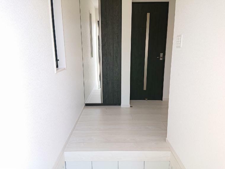 玄関 いらっしゃいませ!新築一戸建てにようこそ  新居を構える事で必ずお客様は増えますし、ついつい招きたくもなるものですね